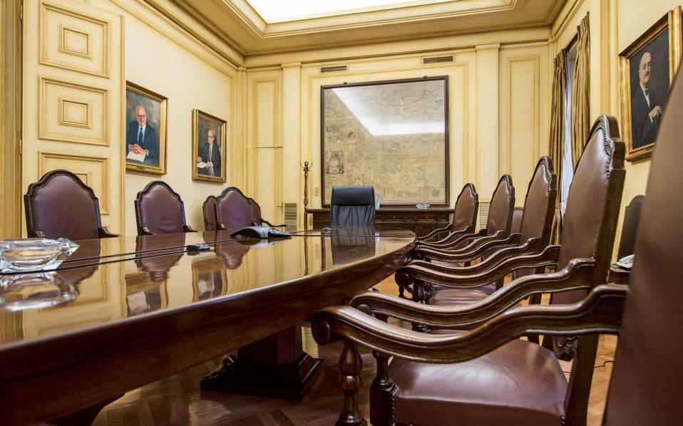 Αίθουσα συνεδριάσεων, στην οποία δεσπόζει η Χάρτα του Ρήγα Φεραίου, πλαισιωμένη από πορτρέτα προηγούμενων διοικητών