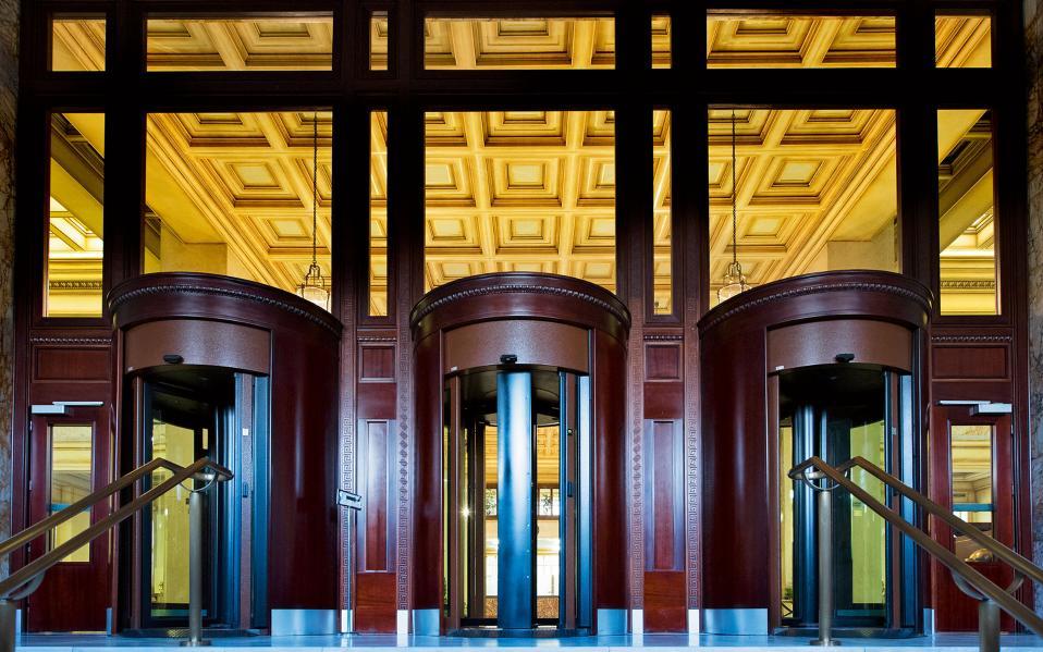 Η είσοδος της κεντρικής Αίθουσας Συναλλαγών από την οδό Πανεπιστημίου.