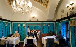 Το αγαπημένο στέκι του Κεμάλ Ατατούρκ έχει αναστείλει τη λειτουργία του, λόγω της δραματικής πτώσης της τουριστικής κίνησης μετά τα αλλεπάλληλα τρομοκρατικά χτυπήματα. Στα Σεπτεμβριανά του 1955 ο ιδρυτής του Παντελής Τσομπάνογλου είδε το μαγαζί του να καταστρέφεται στο πογκρόμ κατά των Ρωμιών της πόλης, αλλά ο κυβερνήτης της Κωνσταντινούπολης αγαπούσε τόσο πολύ την κουζίνα του ώστε του παραχώρησε νέα στέγη μέσα στην αγορά των μπαχαρικών.