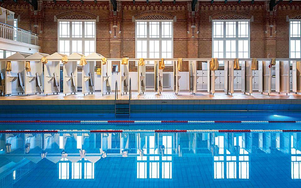 Η δημοτική πισίνα Het Zuiderbad είναι ιδιαίτερα δημοφιλής στους κατοίκους της πόλης – και στους γυμνιστές. (Φωτογραφία: Lex van den Bosch)