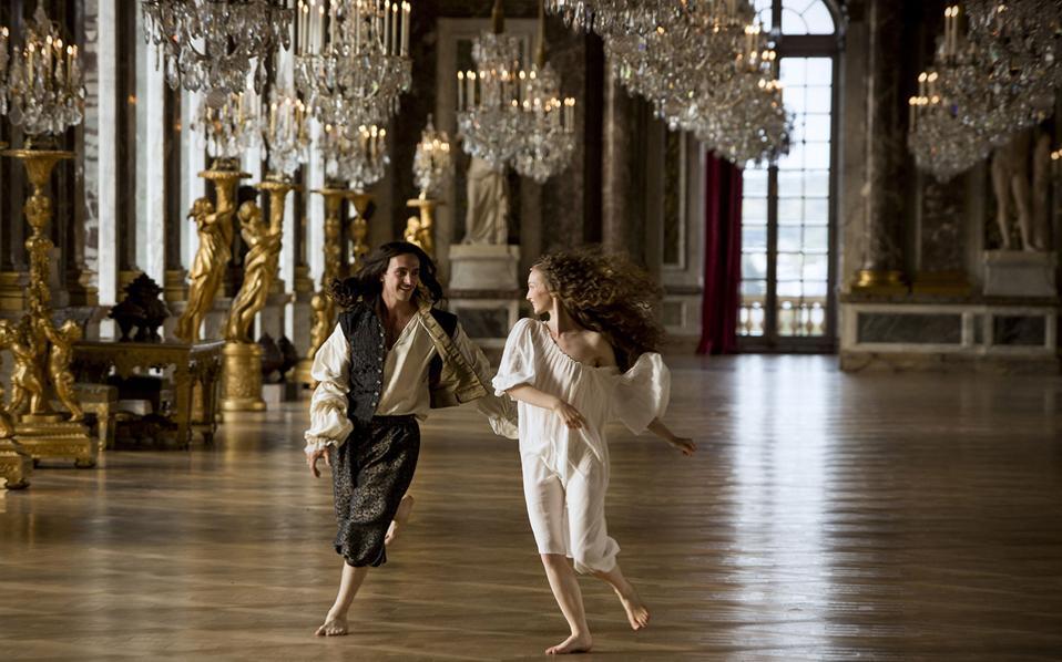 Η εισαγωγική ονειρική σεκάνς της τηλεοπτικής σειράς «Βερσαλλίες», με τον νεαρό Λουδοβίκο 14ο να οραματίζεται ένα παλάτι γεμάτο καθρέφτες, ερωτοτροπώντας μέσα σε αυτό.