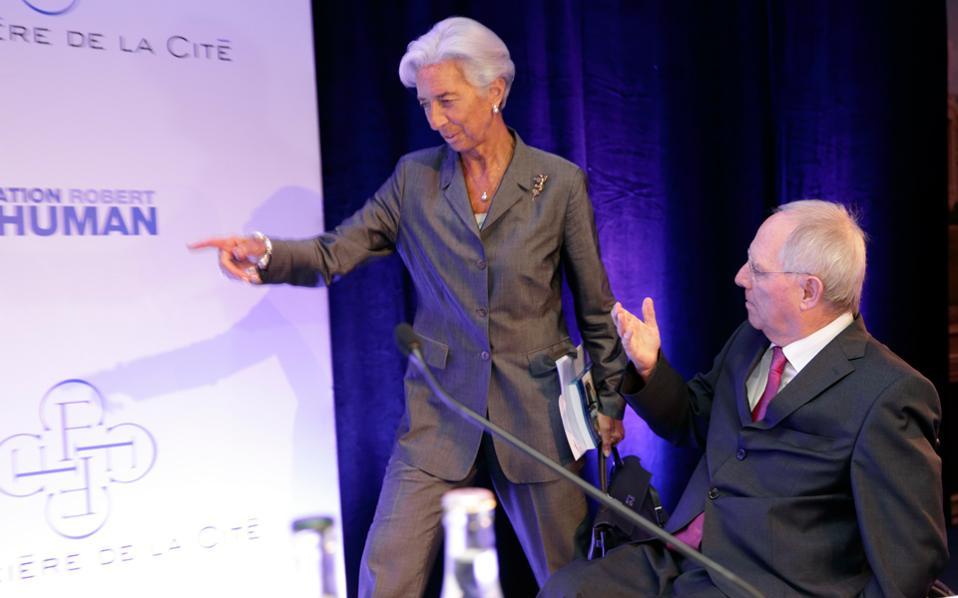 Κριστίν Λαγκάρντ και Β. Σόιμπλε βρίσκονται σε αντίθετες κατευθύνσεις για την Ελλάδα. Η πρώτη θεωρεί απαραίτητο το «κούρεμα» του χρέους, ενώ ο δεύτερος εκτιμά πως το πρόβλημα της χώρας είναι η ανταγωνιστικότητα.
