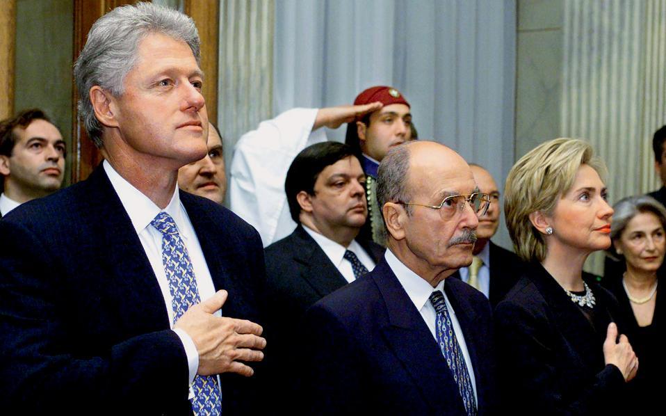 Ο Μπιλ και η Χίλαρι Κλίντον και ανάμεσά τους ο Κωστής Στεφανόπουλος κατά την ανάκρουση του εθνικού μας ύμνου στο προεδρικό μέγαρο.