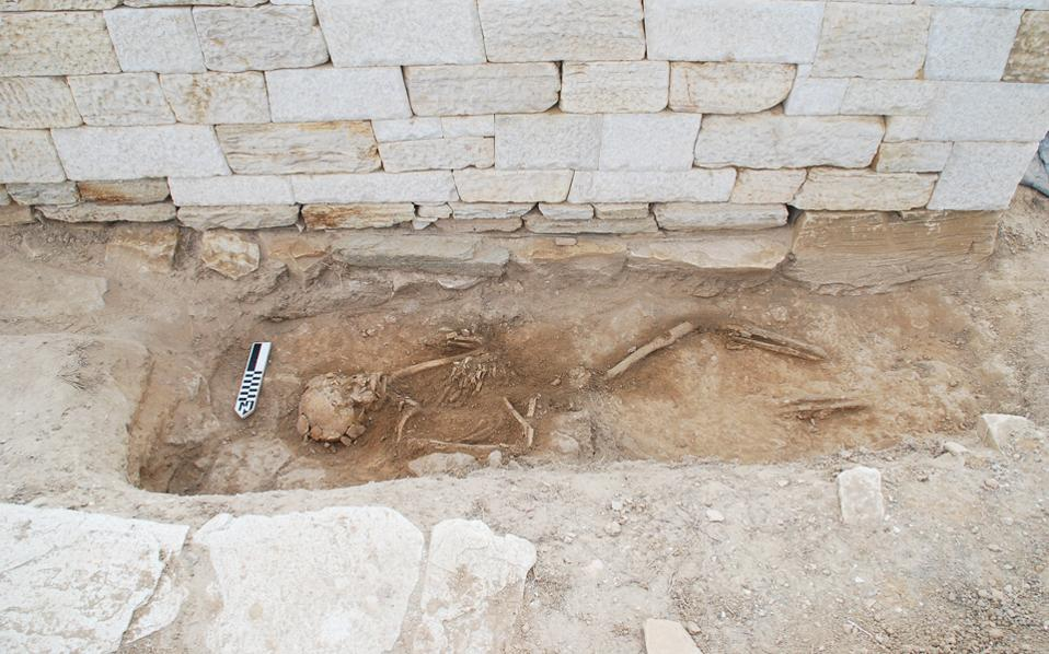 Ο σκελετός έχει σταλεί για ανθρωπολογική εξέταση, ενώ ολοκληρώθηκαν οι αναστηλωτικές εργασίες στον χώρο.