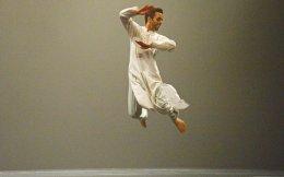 O πολυβραβευμένος Βρετανός χορευτής Αακάς Οντέντρα θα παρουσιάσει τη σπονδυλωτή παράσταση «Rising».