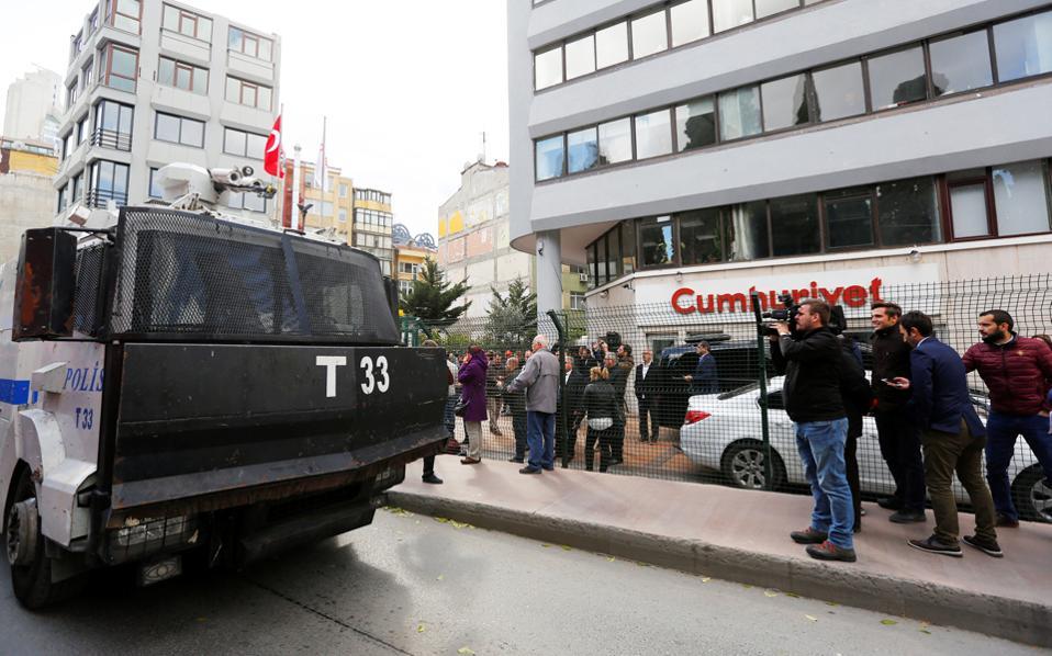 Κλιμακώνεται η εκστρατεία φίμωσης του αντιπολιτευόμενου Τύπου από την κυβέρνηση Ερντογάν - Γιλντιρίμ, με τελευταίο επεισόδιο τη σύλληψη 11 στελεχών της «Τζουμχουριέτ», συμπεριλαμβανομένου του διευθυντή της. Στη φωτογραφία, τεθωρακισμένο όχημα της αστυνομίας έξω από τα γραφεία της ιστορικής εφημερίδας, όπου συγκεντρώθηκαν εκατοντάδες πολίτες για να διαδηλώσουν εναντίον των μέτρων καταστολής. Εντονες αντιδράσεις από την Ε.Ε. και την τουρκική αντιπολίτευση.