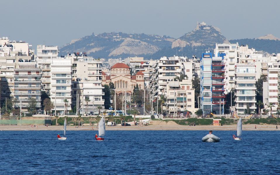 Το λεγόμενο παραλιακό μέτωπο της Αττικής, από το Μοσχάτο και το Π. Φάληρο (με σημείο αναφοράς την επένδυση του Ιδρύματος Νιάρχου στο Φαληρικό Δέλτα) έως και τα παλαιό αεροδρόμιο του Ελληνικού, πρόκειται να συγκεντρώσει σημαντικές επενδυτικές προοπτικές, κάτι που αναμένεται να συμβεί δευτερευόντως και με το τμήμα έως το Σούνιο και το Λαύριο.