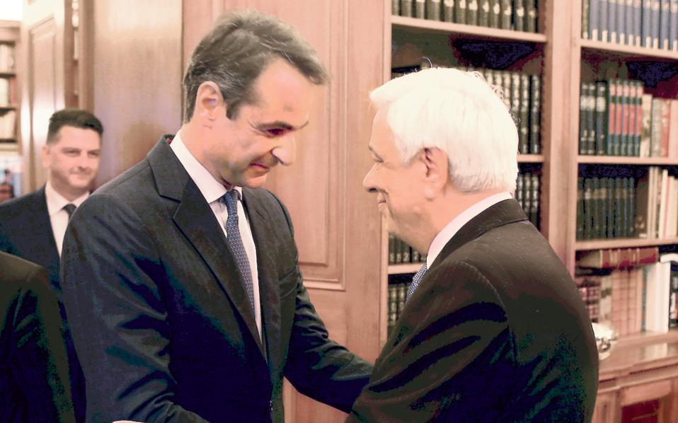 Θερμή υποδοχή του προέδρου της N.Δ. κ. Kυριάκου Mητσοτάκη από τον Πρόεδρο της Δημοκρατίας κ. Προκόπη Παυλόπουλο, σε επίσημο τόνο, αλλά σύντομη η συνάντηση στο Προεδρικό για ενημέρωση σε κρίσιμη συγκυρία. (Φωτο AΠE - MΠE, Aλέξανδρος Mπελτές)