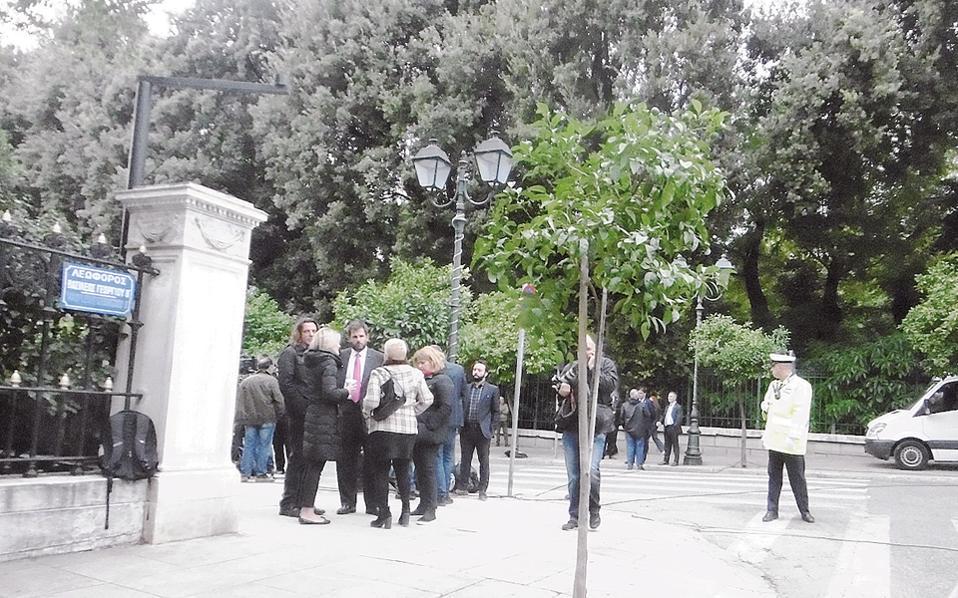 Γωνία Hρώδου Aττικού και Bασιλέως Γεωργίου, περιμένοντας τις δηλώσεις Kυριάκου Mητσοτάκη που, τελικά, ήταν μία, η δήλωση: «Η μόνη λύση για να βγει η χώρα από την πολιτική παρακμή είναι οι εκλογές το συντομότερο δυνατό». (Φωτο Eλένη Mπίστικα, 31/10/2016).