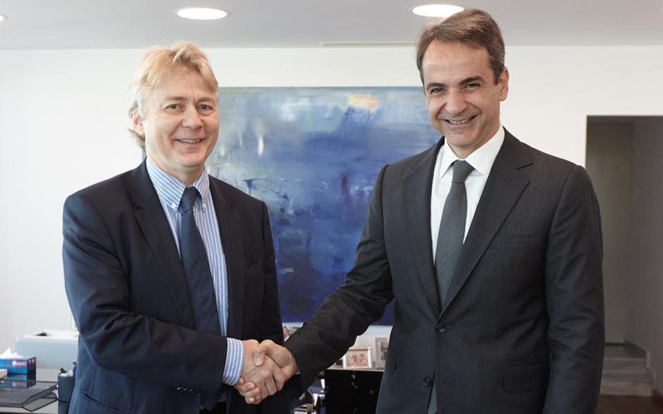 Θερμή χειραψία του προέδρου της Νέας Δημοκρατίας, Κυριάκου Μητσοτάκη, με τον πρέσβη της Νορβηγίας Jorn Eugene Gjelstad, κατά τη διάρκεια της χθεσινής τους συνάντησης.