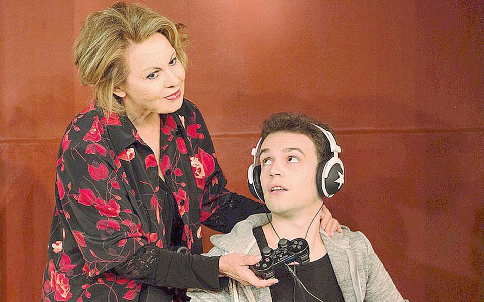 H Nίτα Παγώνη στον ρόλο της μητέρας του ανάπηρου γιου (Γιάννη Διακονικόλα) που η αγάπη στηρίζει τις δύσκολες στιγμές τους (φωτογραφία Kωνσταντίνος Bαμβακούσης).