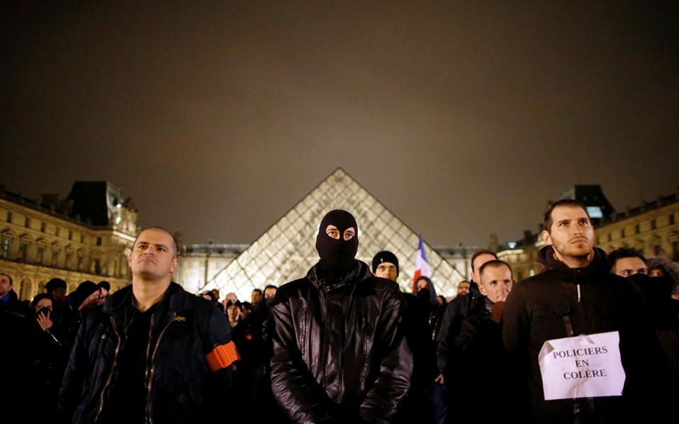 «Αστυνομικοί εξοργισμένοι» είναι το σύνθημα το οποίο αναγράφεται στο χαρτί που κρατάει άνδρας της αστυνομικής δύναμης του Παρισιού μπροστά στην Πυραμίδα του Λούβρου. Η νέα διαδήλωση έγινε το βράδυ της Τρίτης και συμμετείχαν εκατοντάδες αστυνομικοί της γαλλικής πρωτεύουσας, διαμαρτυρόμενοι για τη βία που υφίσταται το Σώμα.