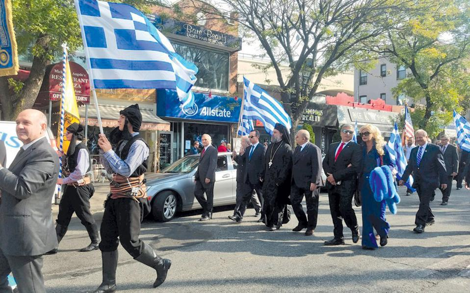 Το ζεύγος Πατούλη παρελαύνει κάπου στη Νέα Υόρκη. Αξιοπρόσεκτο το μποά της κυρίας δημάρχου, ασορτάρει υπέροχα με τη σημαία...