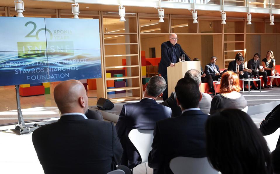 «Είναι δουλειά μας να προσφέρουμε», τόνισε ο κ. Ανδρέας Δρακόπουλος, πρόεδρος του Ιδρύματος Σταύρος Νιάρχος, στην παρουσίαση για τα 20 χρόνια δράσης του ΙΣΝ. Οι αριθμοί είναι αποκαλυπτικοί: 3.646 δωρεές σε τομείς όπως η παιδεία, η υγεία, ο πολιτισμός, η κοινωνική πρόνοια, ύψους 1,6 δισ. ευρώ, σε 111 κράτη, με έμφαση στην Ελλάδα. Στις νέες δράσεις κυριαρχεί η δωρεά 15 εκατ. δολαρίων προς τον οργανισμό International Rescue Committee για την υποστήριξη προγραμμάτων έκτακτης αντιμετώπισης της ανθρωπιστικής κρίσης, αλλά και αυτή για την επαναλειτουργία των κινηματογράφων «Αττικόν» και «Απόλλων».