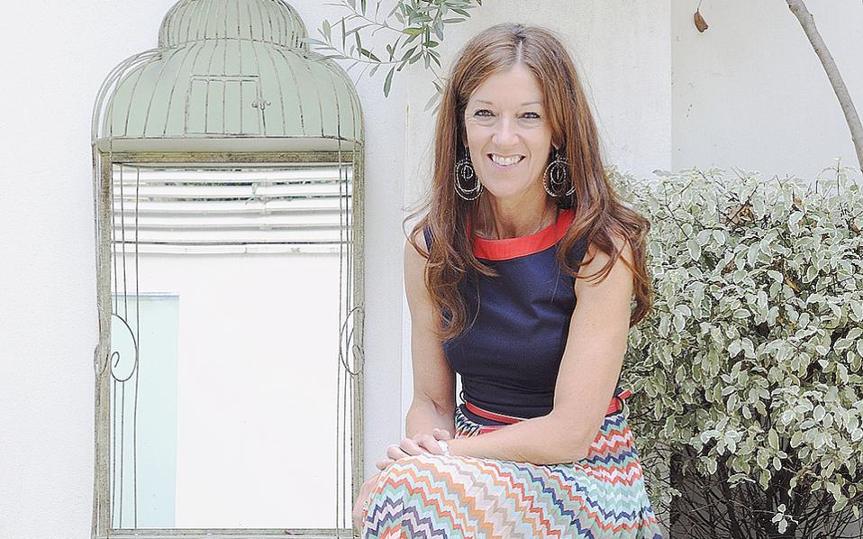 Η Βικτόρια Χίσλοπ ποζάρει ως μια ζωντανή καρτ ποστάλ με όλα τα χρώματα της Ελλάδας. Φωτογραφία Marianne Wie.