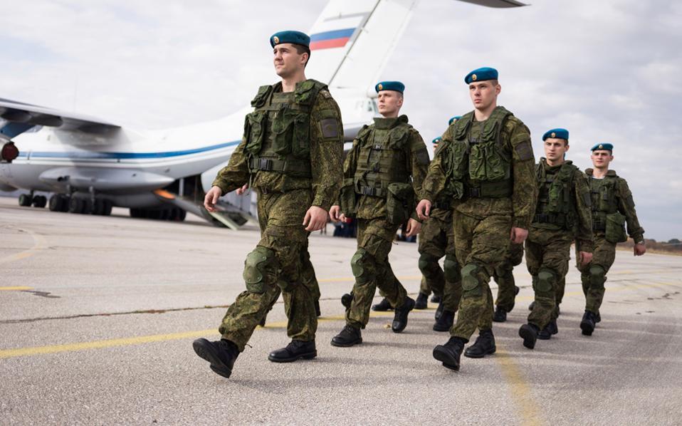 Ρώσοι αλεξιπτωτιστές κατά την άφιξή τους, την Τετάρτη, στο στρατιωτικό αεροδρόμιο Μπατάνιτσα του Βελιγραδίου.
