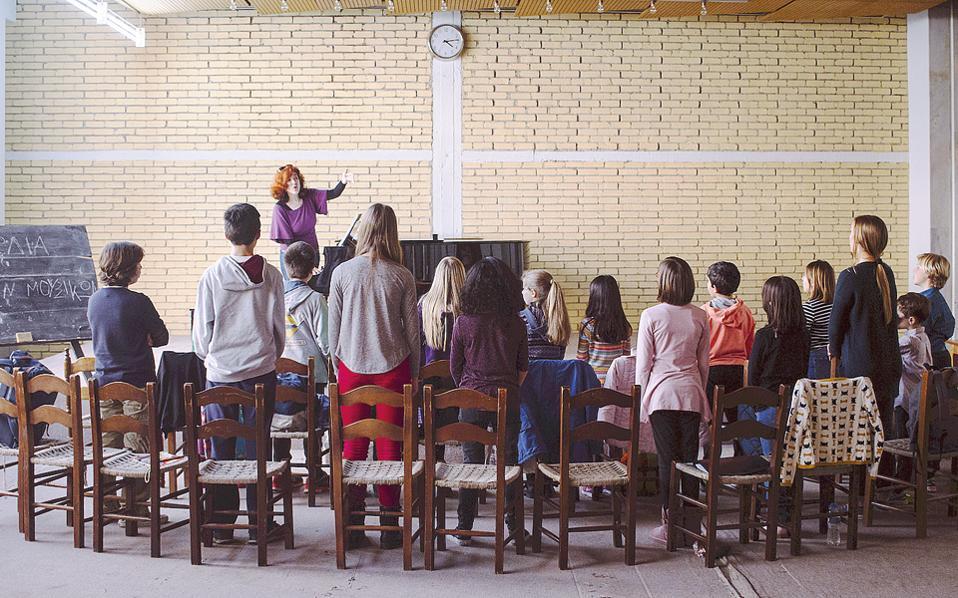 Οι μεγαλύτερες ζυμώσεις γίνονται στη χορωδία, στην οποία συμμετέχουν και οι τριάντα υπότροφοι.