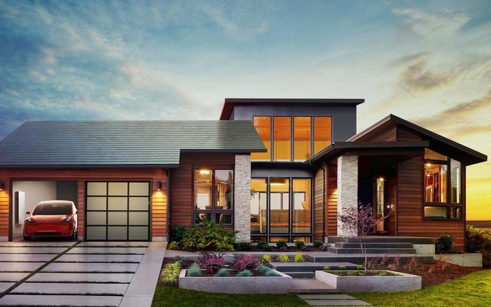 Ο Ελον Μασκ, εφευρέτης και διευθύνων σύμβουλος της Tesla, παρουσίασε τις νέες ηλιακές οροφές.