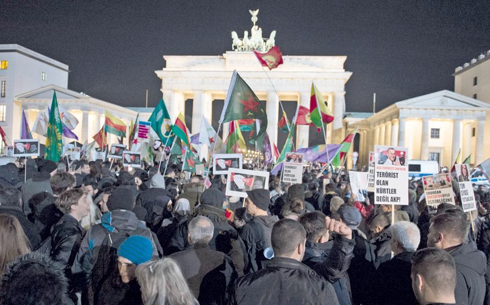 Με πανό που χαρακτήριζαν το κυβερνών κόμμα της Τουρκίας και τον πρόεδρό της, Ταγίπ Ερντογάν, πραγματικούς τρομοκράτες διαδήλωσαν χθες εκατοντάδες Τούρκοι και Γερμανοί πολίτες μπροστά στην Πύλη του Βραδεμβούργου κατά της σύλληψης των μελών του HDP.