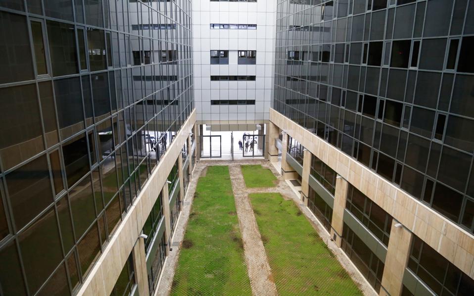 Η αντιμετώπιση του προβλήματος των «κόκκινων» δανείων είναι κομβικής σημασίας για την ανάκαμψη της ελληνικής οικονομίας, τόνισε ο υπουργός Οικονομίας Γ. Σταθάκης. Στη φωτογραφία, το κτίριο της Ειδικής Γραμματείας Διαχείρισης Ιδιωτικού Χρέους που εγκαινιάστηκε χθες.