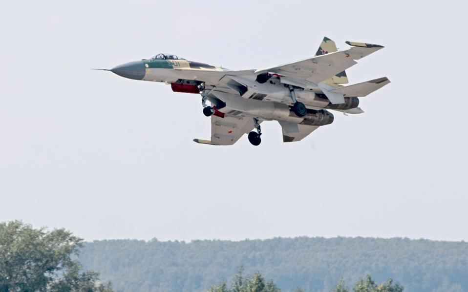 Ρωσικό μαχητικό Σουχόι Su-35 κατά την απογείωση από το αεροδρόμιο Ζουκόφσκι της Ρωσίας.