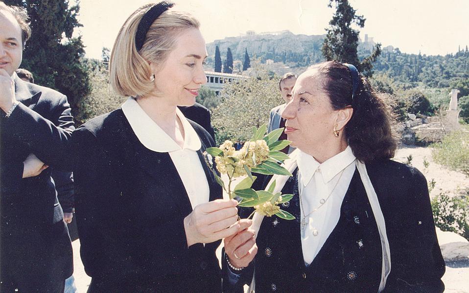 Στο άλσος της Αρχαίας Αγοράς, η Χίλαρι Κλίντον δέχεται ένα ανθισμένο κλαρί δάφνης για γούρι από την Ελένη Μπίστικα, στις 29 Μαρτίου 1996.