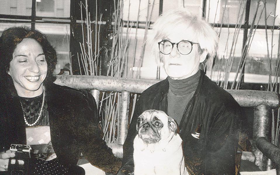 Στο Factory, το εργοστάσιο του «πατέρα» της ποπ αρτ, ο Andy Warhol δίνει συνέντευξη στην Ελένη Μπίστικα για την «Κ», με ένα από τα σκυλάκια του, τη Fame.