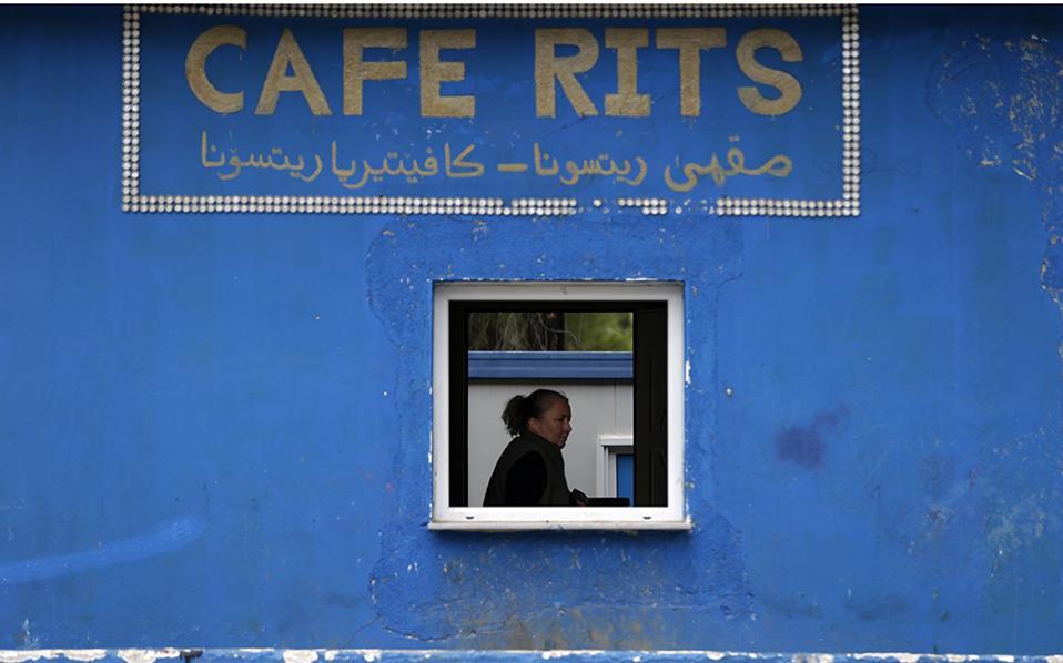 Αν ήμουν πλούσιος! Είναι το όνειρο σχεδόν όλων. Για κάποιους μεταφράζεται σε εκατοντάδες χιλιάδες ή εκατομμύρια ευρώ. Για άλλους σε με μια κάρτα παραμονής ή μια σίγουρη δουλειά. Όπως και να έχει το Cafe Rits πήρε το όνομά του (ως συντόμευση) από την περιοχή που βρίσκεται, τον καταυλισμό προσφύγων στην Ριτσώνα. (AP Photo/Thanassis Stavrakis)
