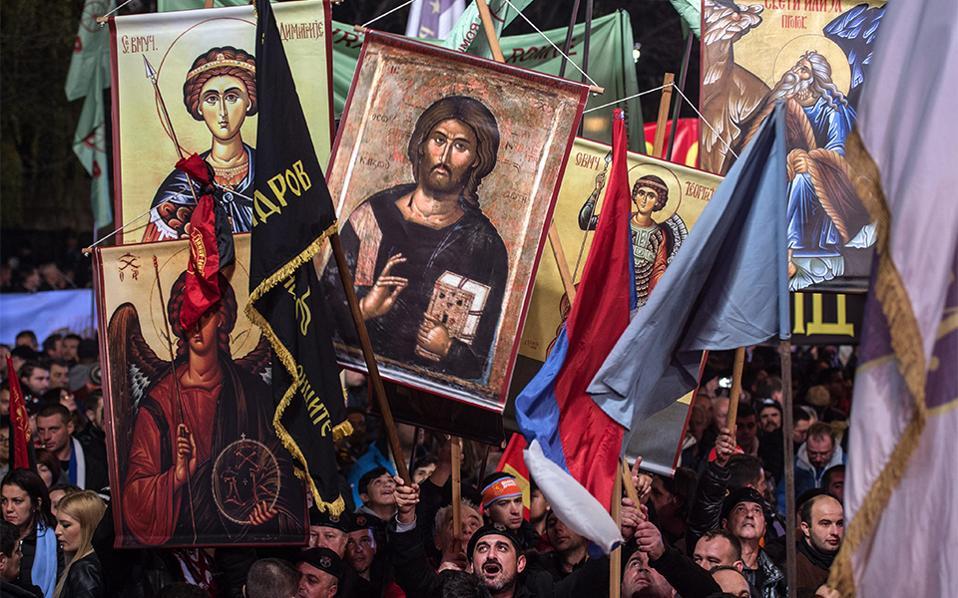 Με την βοήθεια του Θεού... Με τις εικόνες υψωμένες και φωνάζοντας συνθήματα, ψηφοφόροι του  VMRO DPMNE, κόμμα του Nikola Gruevski,  συμμετέχουν σε προεκλογική συγκέντρωση. Η ΠΓΔΜ θα οδηγηθεί στις κάλπες στις 11 Δεκεμβρίου εξαιτίας μιας βαθύτατης πολιτικής κρίσης με άρωμα σκανδάλου υποκλοπών. AP Photo/Boris Grdanoski