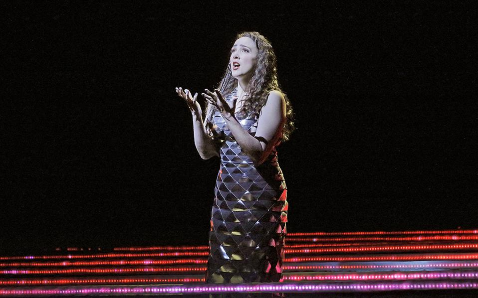 Γυναίκα για πρώτη φορά. Τις πρώτες πρόβες στην MET της Νέας Υόρκης κατέγραψε ο φωτογραφικός φακός από την παραγωγή  «Amour de Loin». Η όπερα που συνέθεσε η Φινλανδή Kaija Saariaho θα είναι η πρώτη που παρουσιάζεται από το 1903 (! ) και που  φέρει υπογραφή γυναίκας και η δεύτερη στην συνολική ιστορία της. Ken Howard/Metropolitan Opera via AP)