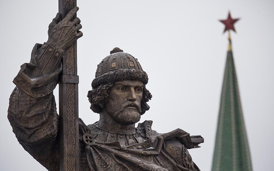 Ο Βλαδίμηρος στην Μόσχα. Ένα τεράστιο άγαλμα, φτιαγμένο σύμφωνα με τα ρώσικα πρότυπα της ομορφιάς, αποκαλύφθηκε από τον Ρώσο πρόεδρο και συνονόματο Vladimir Putin, έξω από το Κρεμλίνο. Ο Βλαδίμηρος Α' ο Μέγας ήταν πρίγκιπας  του Κιέβου και αυτός που το 988 εισήγαγε το χριστιανισμό στον λαό του. (AP Photo/Alexander Zemlianichenko)