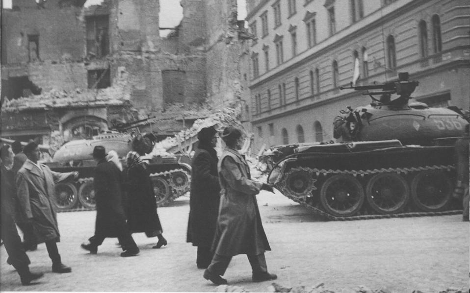 4 Νοεμβρίου 1956: Οι Σοβιετικοί εισβάλλουν στην Ουγγαρία καταλαμβάνοντας τη Βουδαπέστη και άλλες περιοχές της χώρας. Οι Ούγγροι πολίτες προβάλλουν λυσσώδη αντίσταση για περίπου μία εβδομάδα ακόμη.
