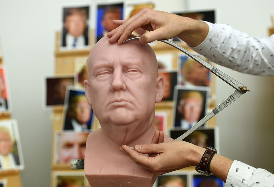 Καραφλός πλανητάρχης. Με πυρετώδεις ρυθμούς το μουσείο της Μadame Tussaud δουλεύει το  νέο ομοίωμα του Donald Trump. Οι τελευταίες μετρήσεις από τον γλύπτη David Gardner  γίνονται πάνω στο κερί και πράγματι η απόδοση είναι απίστευτη. Προγουλάκι, σουφρωμένο στόμα, υπεροπτικό βλέμμα και χωρίς μαλλιά, μοιάζει καταπληκτικά με τον σκηνοθέτη Αlfred Ηitchcock, τον μετρ της αγωνίας. Ας ελπίσουμε η ομοιότητα να σταματά εκεί, όσο για τα κυματοειδή μαλλιά του πλανητάρχη θα τοποθετηθούν αμέσως μετά. (Charlotte Ball/PA via AP)