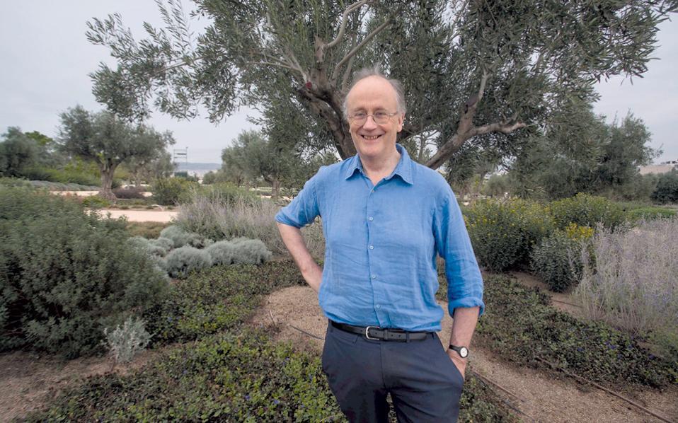 Ο Ρόμπιν Λέιν Φοξ στο Πάρκο στο Δέλτα Φαλήρου, κατά την πρόσφατη επίσκεψή του στη χώρα μας (φωτ. Αλέξανδρος Φιλιππίδης).
