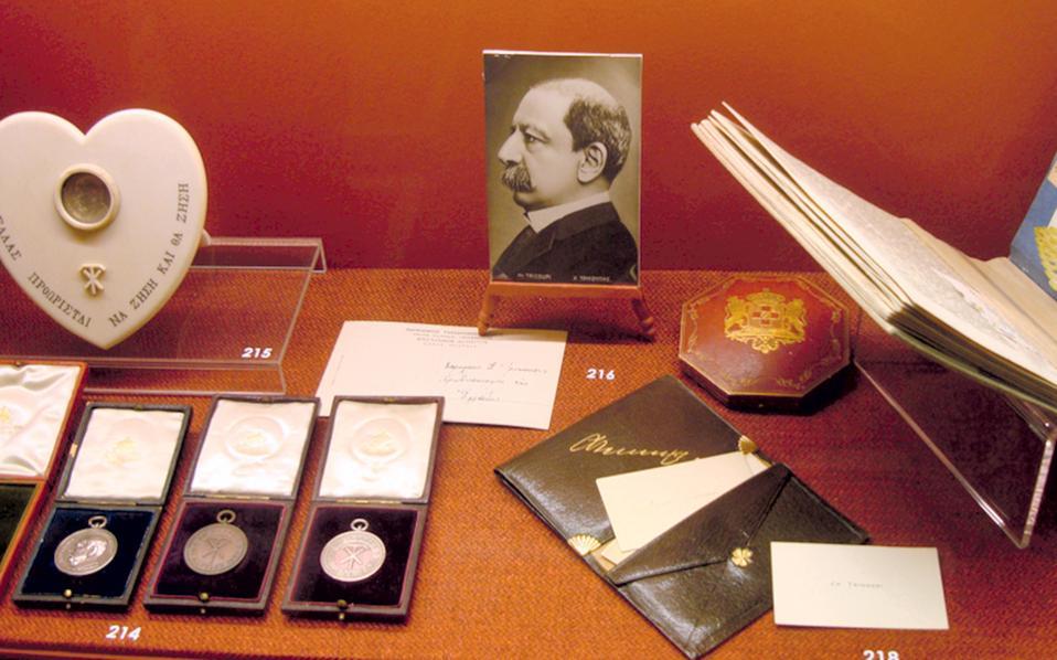 Εκθεση ιστορικών κειμηλίων της οικογενείας Τρικούπη στη Βουλή των Ελλήνων το 2012. Στη φωτογραφία, αντικείμενα του Χαρίλαου Τρικούπη.