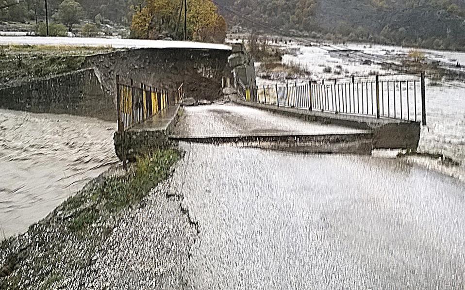 Κατέρρευσε χθες τα ξημερώματα, έπειτα από σφοδρή νεροποντή, τσιμεντένια γέφυρα μήκους 17 μ. στον ποταμό Σαραντάπορο, με αποτέλεσμα να διακοπεί η σύνδεση με το χωριό Λαγκάδα. Ο Σαραντάπορος «κατέβασε» μεγάλες ποσότητες νερού, που παρέσυραν το ένα ακρόβαθρο της γέφυρας. Μηχανικοί από την Περιφέρεια Ηπείρου προσπαθούν να βρουν λύση, καθώς το χωριό έχει απομονωθεί. Τα νερά του «φουσκωμένου» Αώου κατέστρεψαν και τους αγωγούς ύδρευσης της Κόνιτσας.