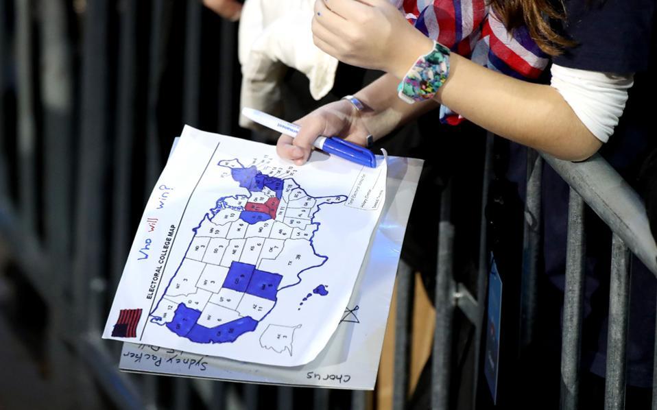 Η έμμεση προεδρική εκλογή στις ΗΠΑ χαρακτηρίζεται από ένα εξαιρετικά πλειοψηφικό σύστημα που συνδυάζει μεγάλες και πληθυσμιακά ετερόκλητες περιφέρειες, τις ομόσπονδες πολιτείες των 500.000 έως 40.000.000, όπου ο νικητής, έστω και για μία ψήφο, λαμβάνει το σύνολο των εκλεκτόρων.