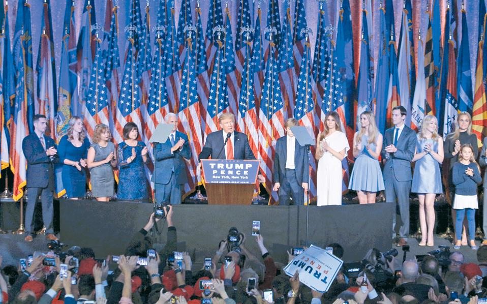 Μια οικογενειακή φωτογραφία, ύστερα από μία μοναχική, αλλά νικηφόρο εκλογική καμπάνια. Ο Ντόναλντ Τραμπ περιστοιχίζεται από τη σύζυγό του Μελάνια και τους λοιπούς στενούς συγγενείς του, στις επινίκιες δηλώσεις του προς το έθνος, χαράματα Τετάρτης, στη Νέα Υόρκη. Στην εξέδρα και ο εκλεγείς αντιπρόεδρος Μάικ Πενς, ένας από τους ελάχιστους κορυφαίους παράγοντες των Ρεπουμπλικανών που στάθηκαν στο πλευρό του Τραμπ σ' αυτήν την τόσο ασυνήθιστη εκλογική μάχη.