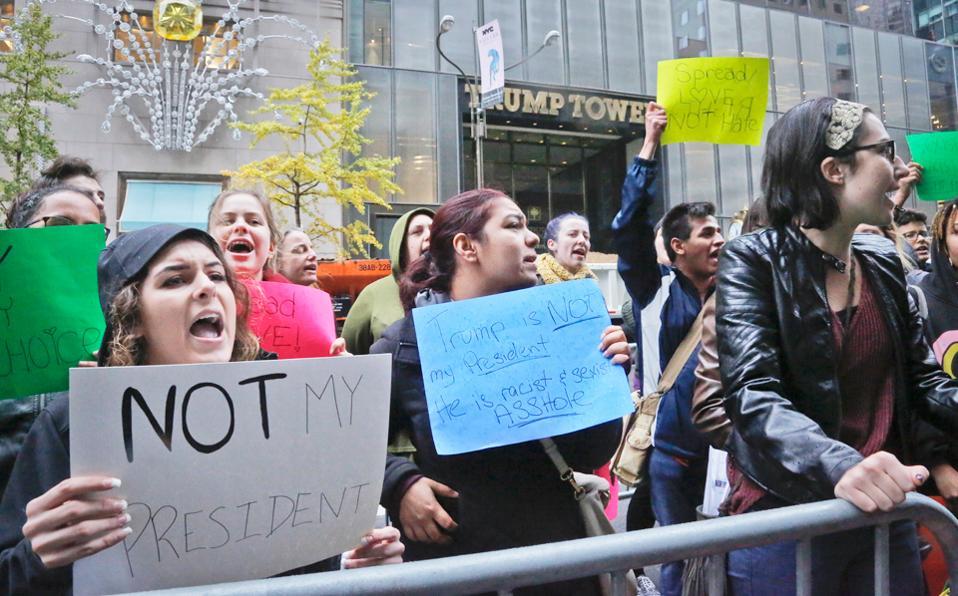 Διαδήλωση κατά του Ντ. Τραμπ έξω από τον Πύργο Τραμπ στη Νέα Υόρκη.