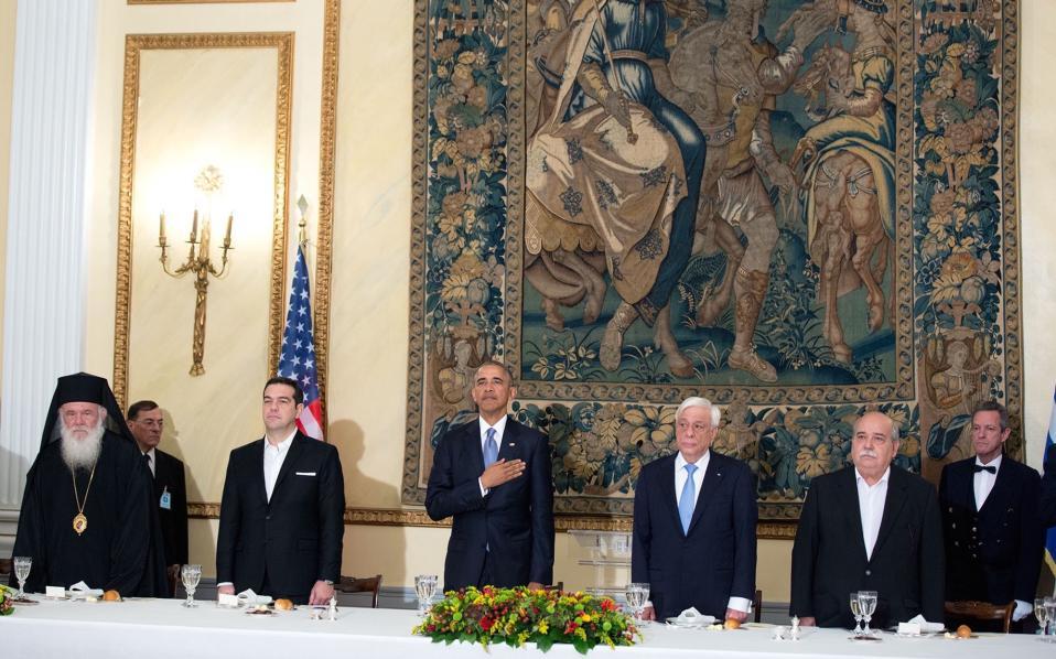 Ακούγοντας τον αμερικανικό εθνικό ύμνο στο επίσημο δέιπνο που παρετέθηκε προς τιμήν του.