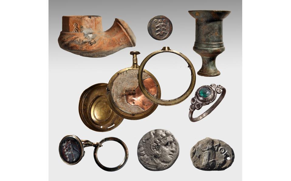 Eυρήματα από το ναυάγιο του «Mέντωρ»: καπνοσύριγγα, μεταλλικό κομβίο επενδύτη, κηροπήγιο, ρολόι τσέπης, επάργυρο δακτυλίδι, γυάλινη σφραγίδα με παράσταση πυροβόλου σε κιλλίβαντα, αρχαίο νόμισμα Aλεξάνδρου, αρχαίο αθηναϊκό νόμισμα (φωτ. Πέτρος Bεζυρτζής).