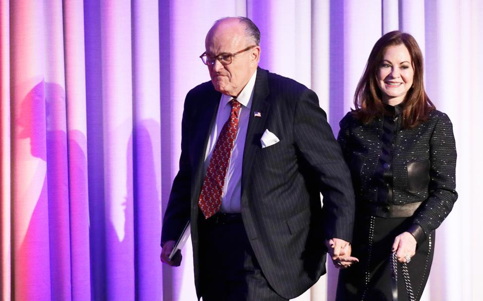 Ο πρώην δήμαρχος Νέας Υόρκης Ρούντι Τζουλιάνι με τη σύζυγό του στη Νέα Υόρκη.