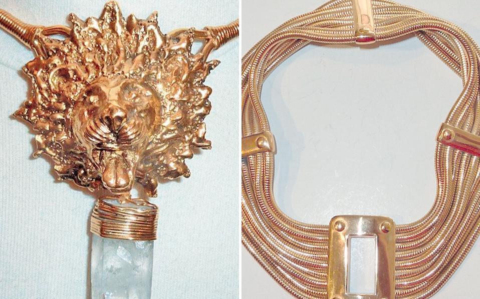 «Τα φο κοσμήματα δεν δημιουργήθηκαν για να κάνουν μια γυναίκα να δείχνει πλούσια, αλλά για να την κάνουν όμορφη», έλεγε η Κοκό Σανέλ. Vintage φο κοσμήματα με υπογραφή των γαλλικών οικών Chanel, Yves Saint Laurent, Dior, Lanvin, Scherrer και του ισπανικού Loewe παρουσιάζονται από σήμερα μέχρι και την Κυριακή στον νέο χώρο τέχνης και φιλοξενίας ApArt. Η έκθεση βασίζεται στην ιδιωτική συλλογή της Γαλλίδας γκαλερίστας και ειδικής στο κόσμημα και στην αρωματοποιία Soraya Bouvier Feder. Πίσω από τα πολυτελή φο βρίσκεται το επιδέξιο άγγιγμα του Γάλλου χρυσοχόου και μεταλλοτεχνίτη Robert Goossens.