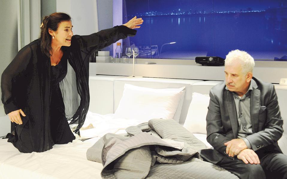 Σκηνή από την παράσταση «Και τώρα οι δυο μας» με τον Πέτρο Φιλιππίδη και τη Λυδία Κονιόρδου, η οποία θα συνεχίσει τις παραστάσεις και μετά την υπουργοποίησή της.