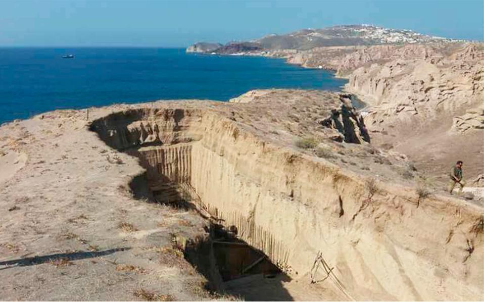 Στη διάσημη παραλία της Σαντορίνης ανεγέρθη υπόσκαφο κτίσμα 250 τ.μ. για να χρησιμοποιηθεί ως ξενοδοχείο.