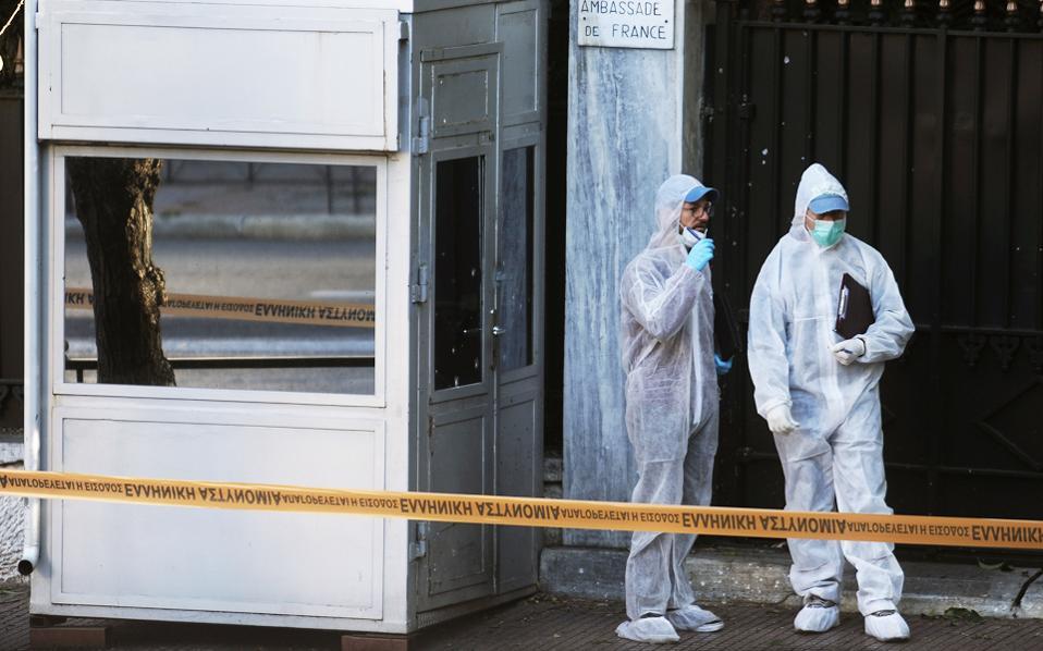 Από την έκρηξη τραυματίστηκε ελαφρά στο πόδι ο σκοπός, ενώ τα περισσότερα θραύσματα έπληξαν το αλεξίσφαιρο κουβούκλιο έξω από την πρεσβεία της Γαλλίας.
