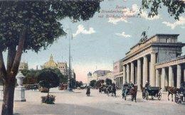 Βερολίνο, Πύλη του Βραδεμβούργου και στο βάθος το Ράιχσταγκ (αριστερά), 1910.