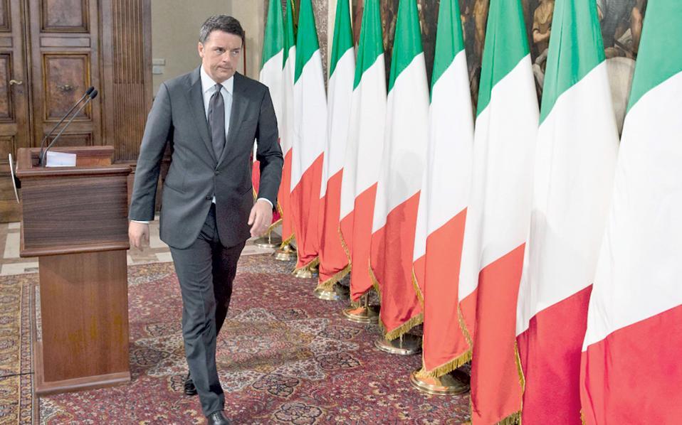 Η σημαία της Ευρωπαϊκής Ενωσης απουσίαζε επιδεικτικά από το φόντο του γραφείου του Ιταλού πρωθυπουργού Ματέο Ρέντσι, σε πρόσφατη διαδικτυακή εμφάνισή του. Ο Ρέντσι ζητάει από τους Ιταλούς να υπερψηφίσουν τις κυβερνητικές προτάσεις στο δημοψήφισμα της 4ης Δεκεμβρίου, προκειμένου να έχει η κυβέρνησή του «δύναμη για να διαπραγματευθεί με την Ε.Ε».