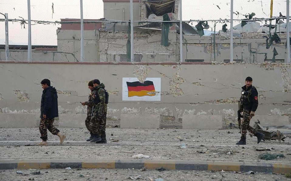 Αφγανικές δυνάμεις ασφαλείας περιπολούν στο σημείο της επίθεσης έξω από το γερμανικό προξενείο.