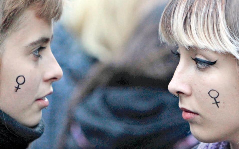 Στιγμιότυπο από διαμαρτυρία ενάντια στη βία εις βάρος των γυναικών, προ ημερών στη Μαδρίτη της Ισπανίας. Η ισότητα των φύλων είναι ένα ζήτημα που παραμένει ανοιχτό, παρά τα βήματα που έχουν γίνει.